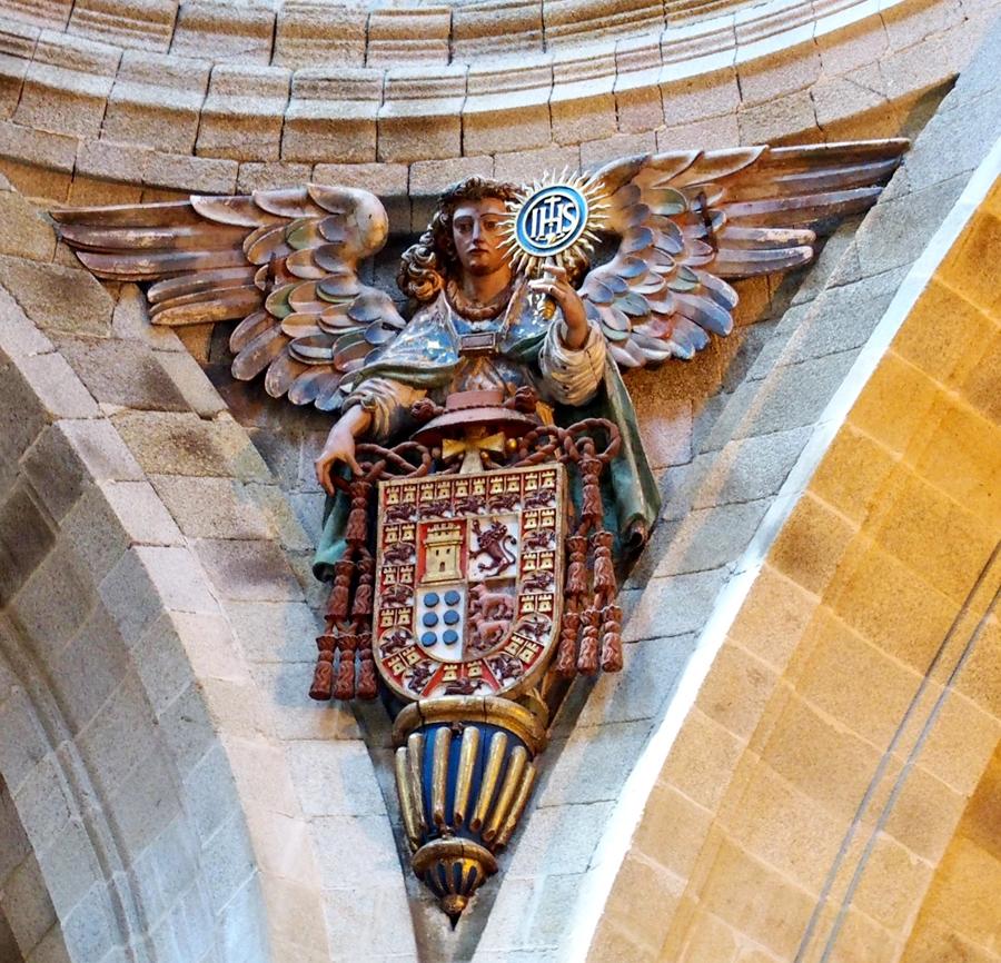 Escudo episcopal en el interior de la iglesia.